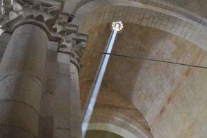 Opactwo św. Leonarda promień słońca 21 czerwca.
