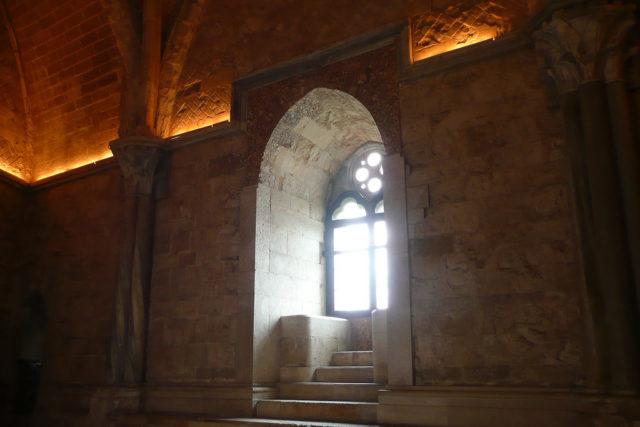 Wnętrze zamku. Podziwiaj z okna apulijskie gaje oliwne.